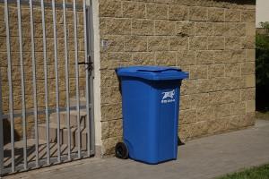 niebieski pojemnik do segregacji śmieci